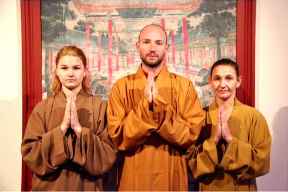 Shaolin Kung Fu Grossmeister Shi Xing Long, Roger Stutz, mit zwei Schülerinnen, welche einen Wochenhaufenthalt im Shaolin Chan Tempel Luzern absolviert haben.