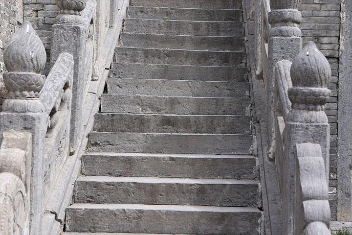 Treppe, welche den Aufstieg gewünschter Qualitäten, wie Ruhe, Konzentration und Fokus beim Mentraltraining symbolisieren soll.