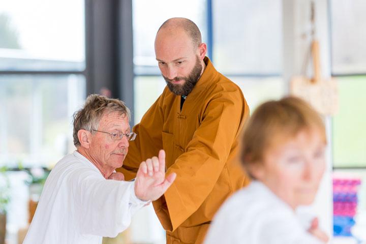 Shaolin Kung Fu Grossmeister Shi Xing Long, Roger Stutz, unterrichtet eine Qi Gong Klasse.