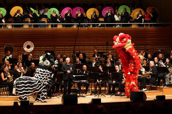 Löwentanz Aufführung vom Shaolin Chan Tempel Luzern - Schweiz mit einem Orchester im KKL, Kultur und Kongress Zentrum, Luzern.