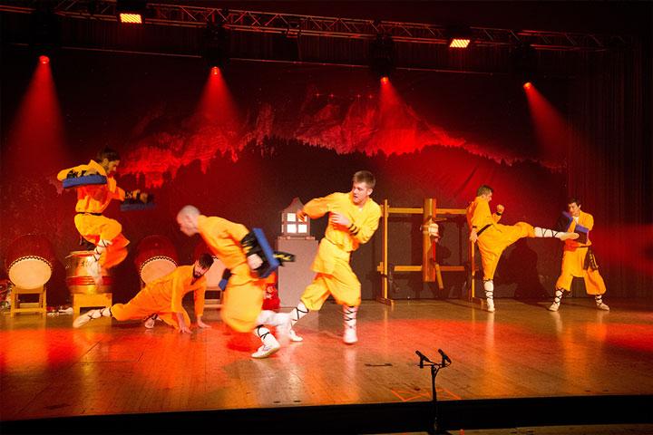 Jubiläumsshow des Shaolin Chan Tempels Luzern - Schweiz. Athleten beim Pratzen Kampf.