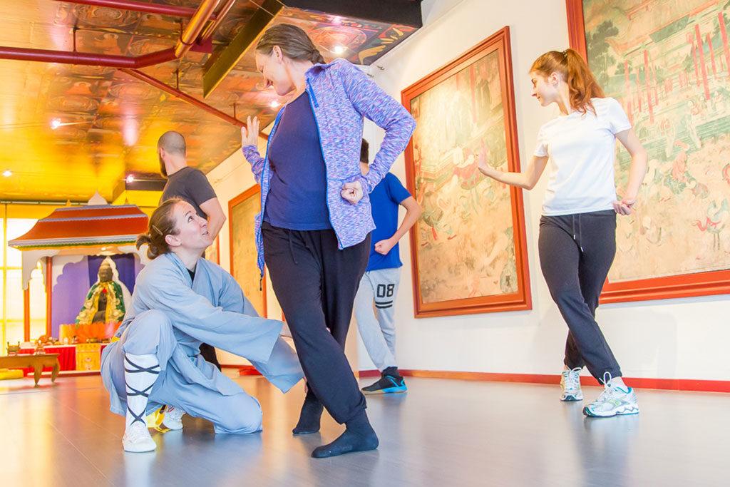 Probetraining im Shaolin Chan Tempel Luzern - Schweiz. Instruktorin Lin Yue, Stefanie Burri, korrigiert eine Teilnehmerin.