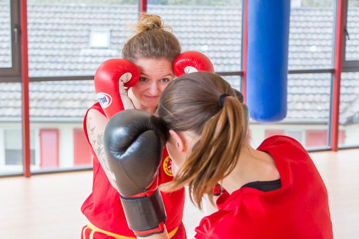 Sanda Kampf zwischen zwei Frauen im Shaolin Chan Tempel Luzern - Schweiz.