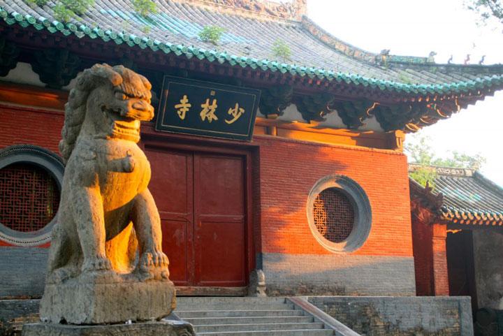 Frontansicht des berühmten Shaolin Klosters in China, Henan.