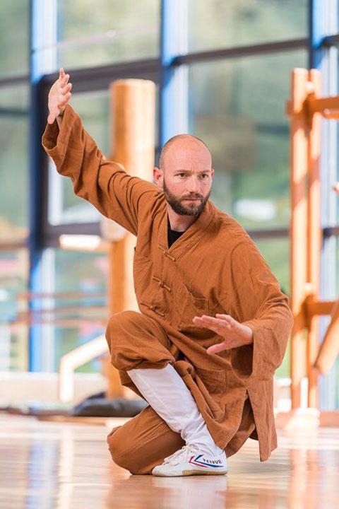 Shaolin Kung Fu Grossmeister Shi Xing Long, Roger Stutz, in traditioneller Pose für einen Bericht der Luzerner Zeitung. Fotograf: Roger Grüther.