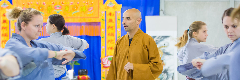 Shaolin Kung Fu Meister Shi Yong Lin, Salvi Ferrara, unterrichtet eine Klasse im Shaolin Chan Tempel Institut Aargau - Schweiz.