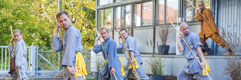 Fortgeschrittene bei Stocktraining im Shaolin Chan Tempel Institut Aargau - Schweiz. Kung Fu Meister Shi Yong Lin, Salvi Ferrara, zeigt vor.