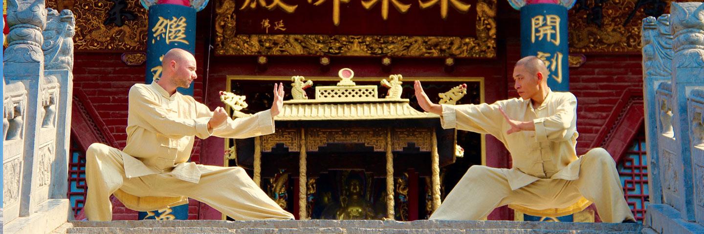 Shaolin Kung Fu Grossmeister Shi De Feng mit seinem Meisterschüler Shi Xing Long, Roger Stutz.