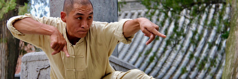 Shaolin Kung Fu Grossmeister Shi De Feng praktiziert den Tang Lang Stil im Traditional Kung Fu Institute China.