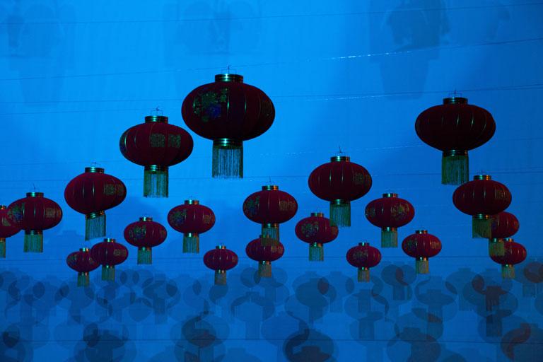 Jubiläumsshow des Shaolin Chan Tempels Luzern Schweiz: Man sieht eine Decke mit chinesischen Lampions.