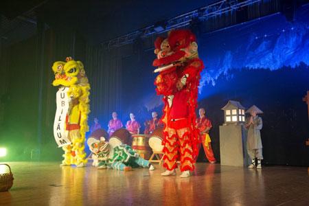Jubiläumsshow des Shaolin Chan Tempels Luzern - Schweiz. Drei Löwentanz Löwen machen den Auftakt.