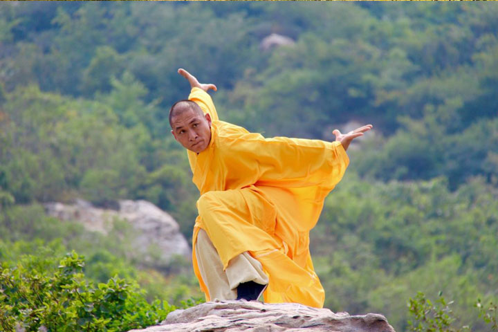Shaolin Kung Fu Grossmeister Shi De Feng zeigt traditionelle Übungen.