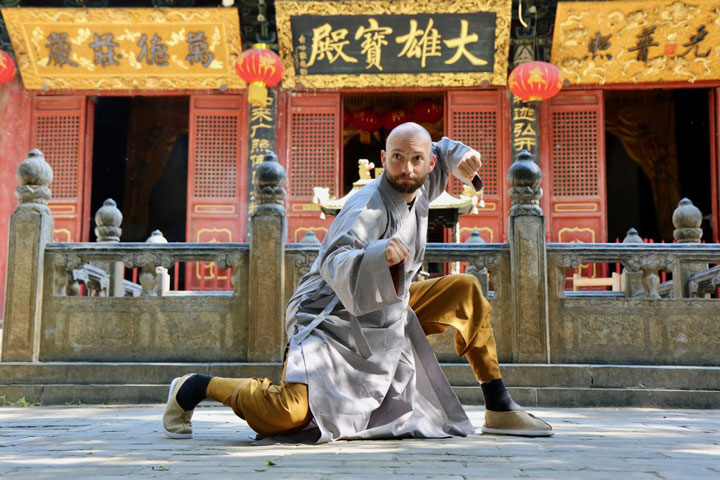 Shaolin Kung Fu Grossmeister Shi Xing Long, Roger Stutz, im Shaolin Kloster in China.