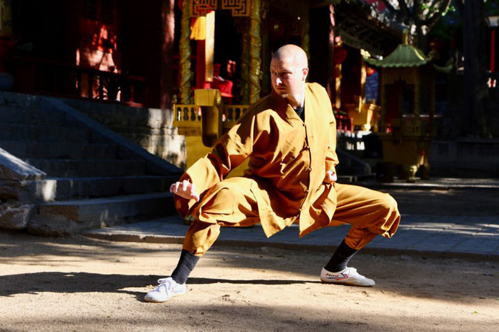 Shaolin Kung Fu Meister Shi Yong Wen, Thomas Degen, in traditioneller Kampfposition.