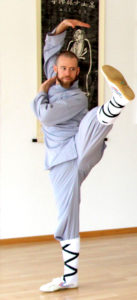 Kung Fu Athlet macht einen Seitwärtskick