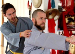 Instruktor korrigiert einen Kung Fu Athleten