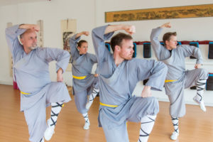Gruppenunterricht im Shaolin Chan Tempel Luzern/Schweiz. Vier SchülerInnen zeigen die Form Chao Yang Quan.