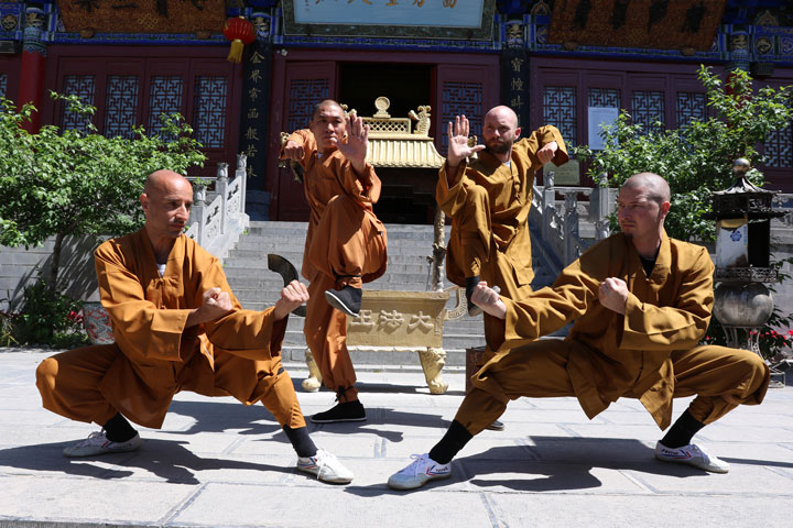 Meister der Shaolin Kung Fu Stilrichtung der Familie Wang. Oberhaupt hinten links ist Grossmeister Shi De Feng.