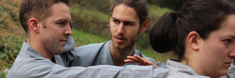 Instruktor Dominik Pfyffer korrigiert und erklaert Kung Fu Uebungen.