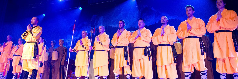 Kung Fu Showteam steht für Auffuehrung bereit.