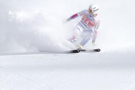 Skifahrer in Schnee.