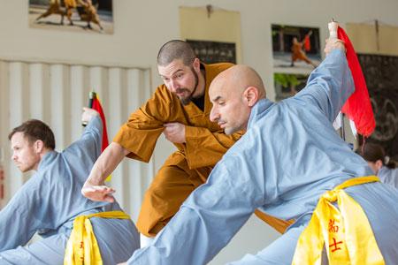 Shaolin Kung Fu Meister Shi Yong Wen, Thomas Degen, gibt Shi Yong Lin, Salvi Ferrara, Anweisungen.