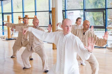 Taiji Unterricht im im Shaolin Chan Tempel Luzern - Schweiz. Instruktor Lin Xian zeigt eine Bewegung.