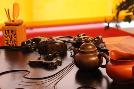 Teebrett mit Utensilien im Shaolin Chan Tempel Luzern - Schweiz.
