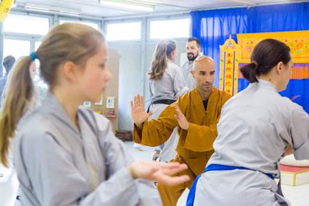Shaolin Kung Fu Meister Shi Yong Lin, Salvi Ferrara, gibt Anweisungen im Shaolin Chan Tempel Institut Aargau - Schweiz.