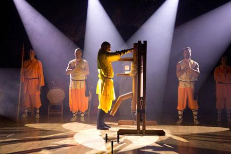 Jubiläumsshow des Shaolin Chan Tempels Luzern - Schweiz. Shaolin Kung Fu Meister Shi Yong Wen, Thomas Degen, zeigt die Holzpuppenform nach Wing Chun Legende Yip Man.