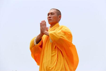 Shaolin Kung Fu Grossmeister Shi De Feng macht traditionelles Anjali Mudra, auch bekannt als Namaste Geste.