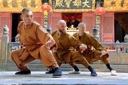 Shaolin Kung Fu Grossmeister Shi De Feng mit seinem Meisterschüler und dessen Meisterschüler.