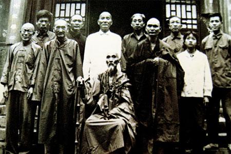 Auf dem Bild sind Vertreter der Kung Fu Stilrichtung Familie Wang in traditioneller Aufstellung zu sehen.