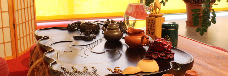 Teebrett und Teeutensilien stehen bereit für chinesische Teezeremonie.