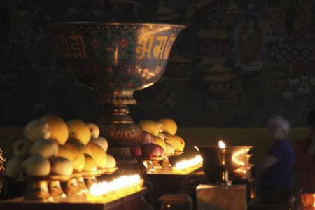 Buddhistischer Altar mit Utensilien.