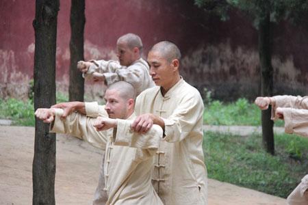 Shaolin Kung Fu Grossmeister Shi De Feng gibt traditionellen Unterricht nahe des Shaolin Tempels China.