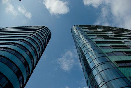 Es sind zwei Wolkenkratzer zu sehen. Das Bild zeigt ein Flyerfoto des Shaolin Chan Tempels Luzern - Schweiz für Firmenseminare.
