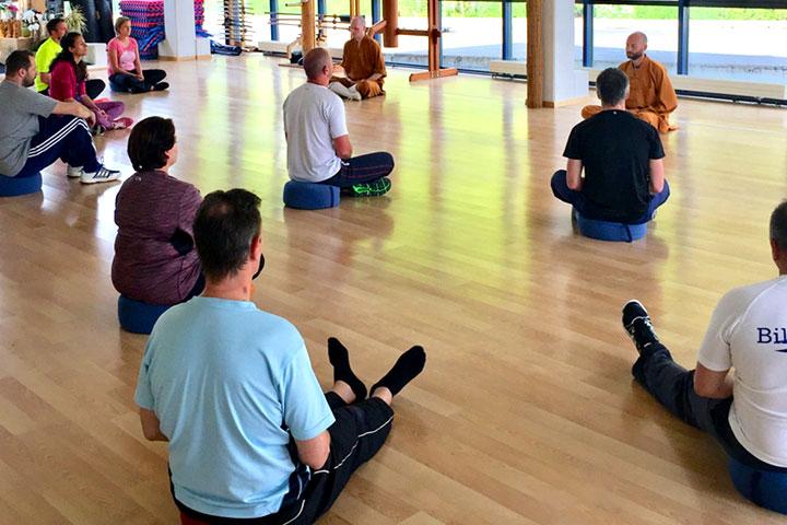 Die Luzerner Polizei ist für ein Qi Gong Seminar im Shaolin Chan Tempel Schweiz. Meister Roger Stutz unterrichtet eine Gruppe.