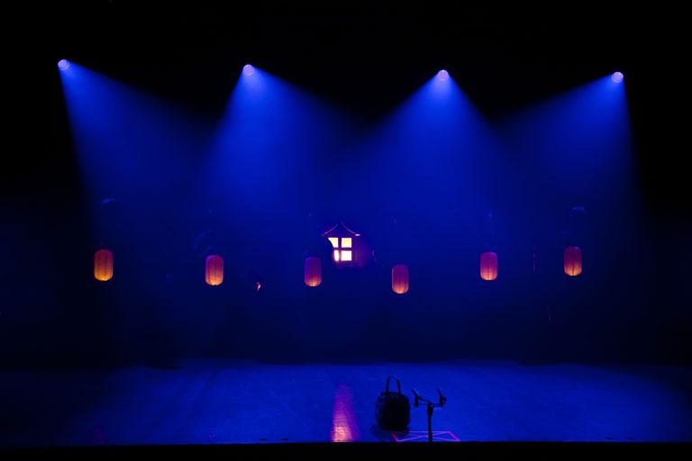 Jubiläumsshow des Shaolin Chan Tempels Luzern - Schweiz. Anfangsbeleuchtung der Bühne.