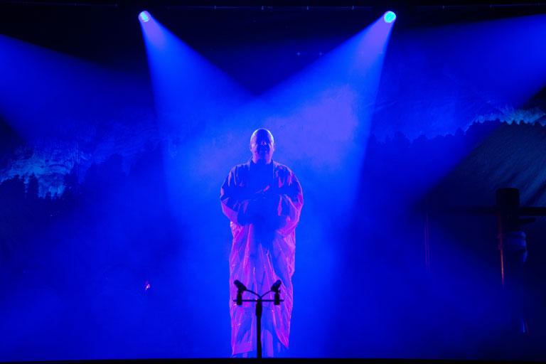 Jubiläumsshow des Shaolin Chan Tempels Luzern - Schweiz. Es ist eine Person im Rampenlicht zu sehen.