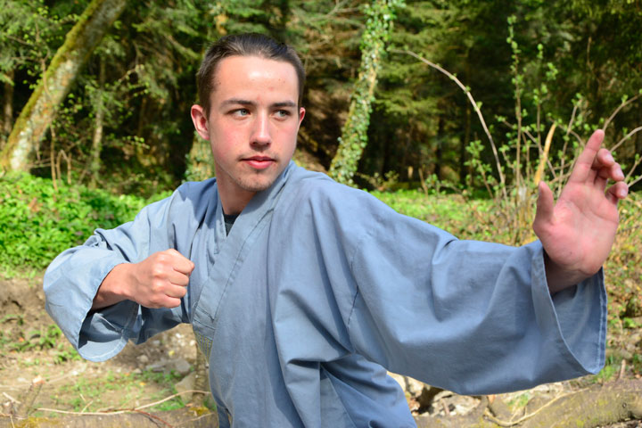 Jonas Koch - Wochenaufenthalter im Shaolin Chan Tempel Luzern macht Qi Gong.