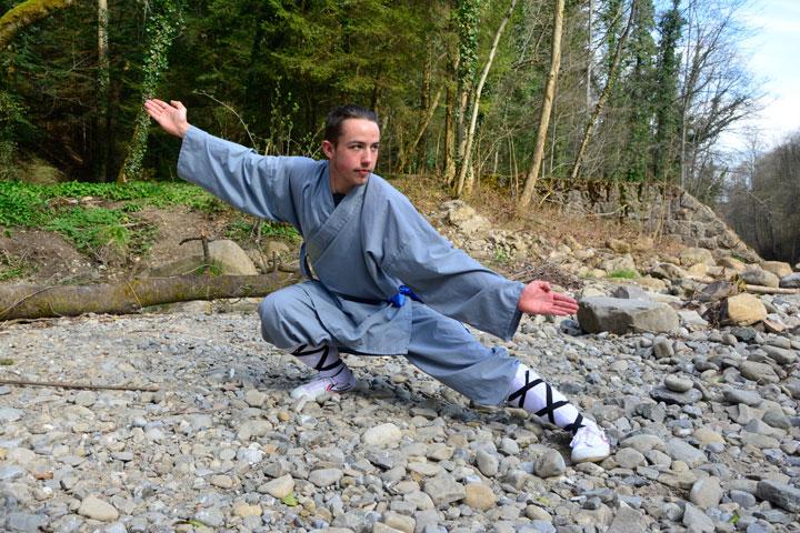 Jonas Koch - Wochenaufenthalter im Shaolin Chan Tempel Luzern bei einer Kung Fu Übung.