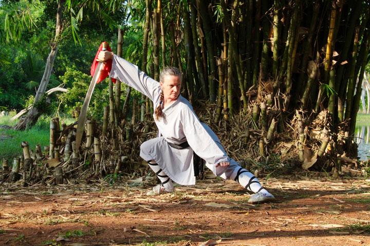 Lotti mit Säbel in Shaolin Kung Fu Pose - Trainingslager Indien 18