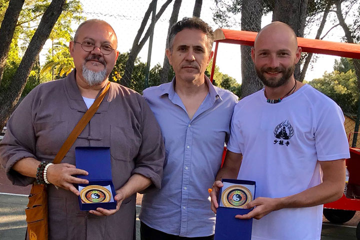 Gonzalo Pintor überreicht Shi Xing Long und Shi Yan Jia ein Ehrendokument.
