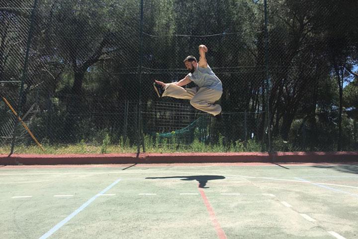 Daniele Pavese bei einem Sprungkick.