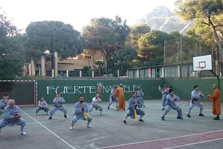 Shi Xing Long leitet eine Shaolin Kung Fu Klasse an.