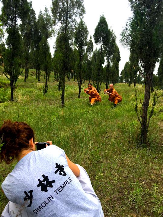 Grossmeister Shi De Feng und Shaolin Meister Lin Ying bei Kung Fu Übungen in hohem Gras.
