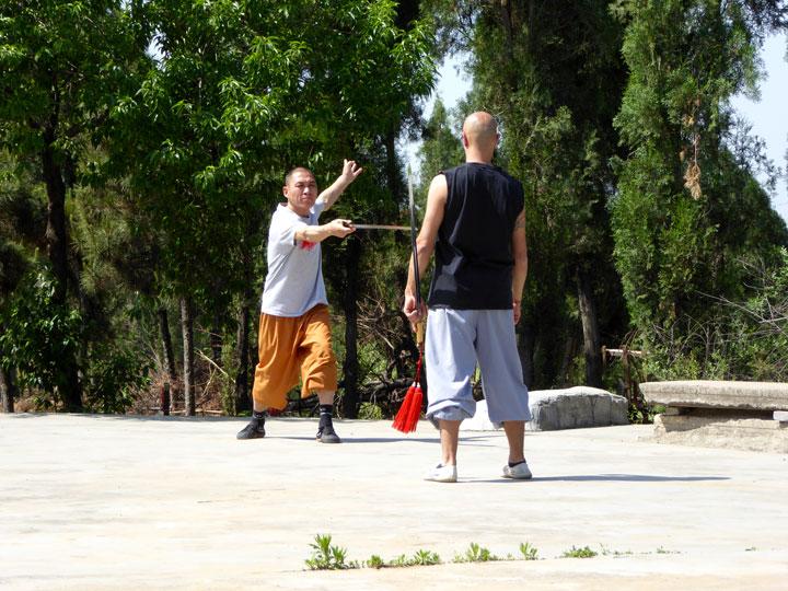Shi De Feng unterrichtet Salvi Ferrara in der Schwertkunst (Jian).