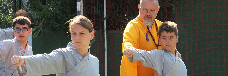 Shi Yan Jia, Leiter des Shaolin Chan Temple Institutes Spain korrigiert Schüler beim Unterricht.