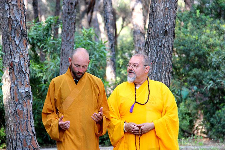 Shaolini Meister Shi Xing Long und Meister Shi Yan Jia bei einem Spaziergang im Wald.